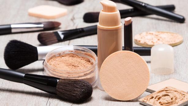 ¿Tu base de maquillaje cambia de tono y se mueve del sitio? Descubre la causa y cómo lidiar con ello
